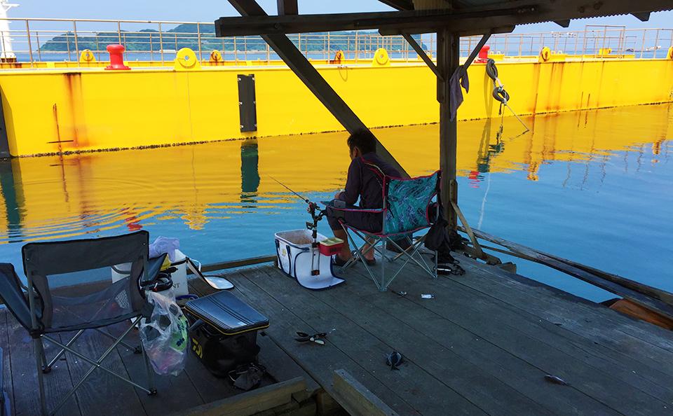 夏は屋根付き筏でダゴチン釣り(鷹島)