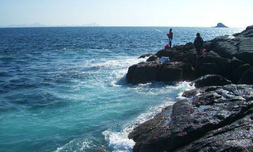 厳しいウネリの中、野崎島(五島列島)の寒グロ